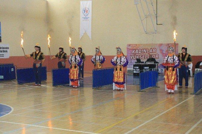 Karaman'da Okullar Arası Halk Oyunları İl Birinciliği Yarışması Yapıldı