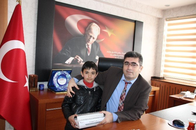 Kaymakam Çetin'den Başarılı Öğrenciye Tablet