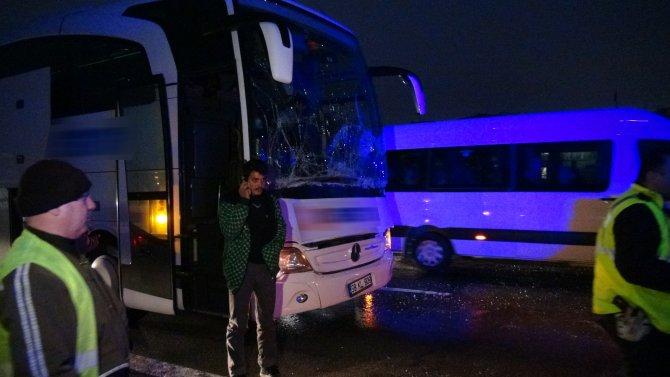 TEM'de yolcu otobüsü TIR'a çarptı: 2 yaralı