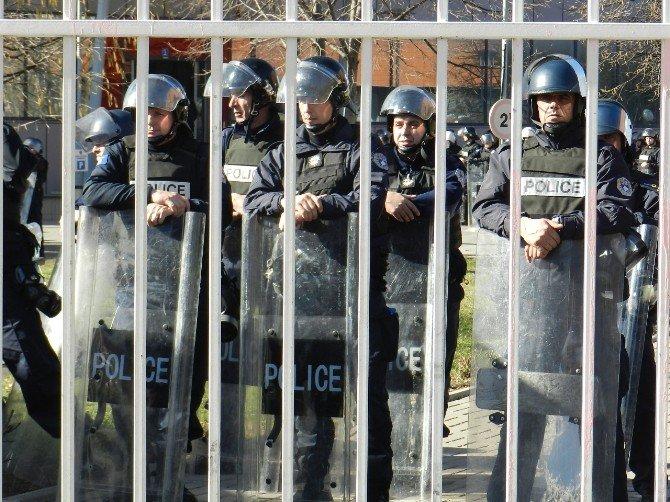Kosova'da Bağımsızlık Yıl Dönümünde Hükümetin İstifası İstendi