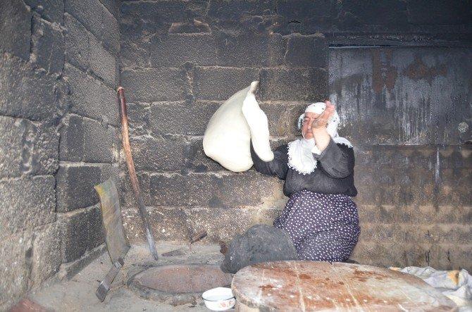 Köylü Vatandaşlar Ekmek İhtiyaçlarını Tandırdan Karşılıyor