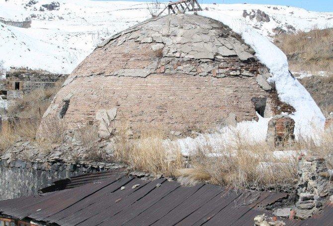 Tarihi Muradiye Hamamı Yıkılıyor