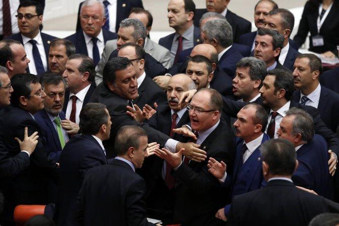 Meclis'te vekiller arasındaki tartışma, kavgaya dönüşmeden önlendi