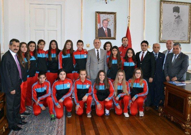 Bayan Futbolculardan Vali Salihoğlu'na Ziyaret
