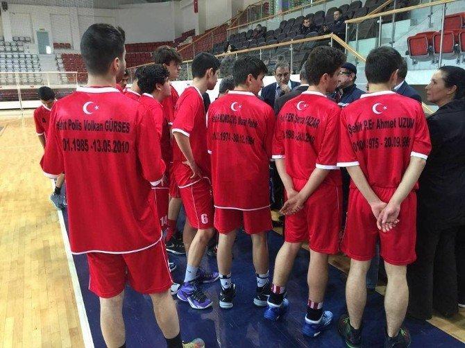 Anadolu Lisesi Öğrencileri Şehitlerin İsimlerinin Yazılı Olduğu Tişörtlerle Maça Çıktı