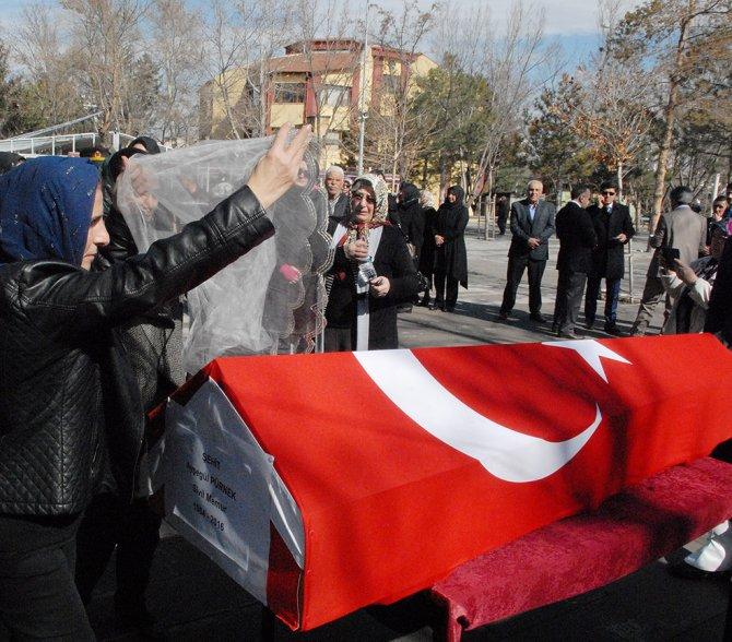 Kayseri'nin ilk kadın şehidi telli duvakla uğurlandı