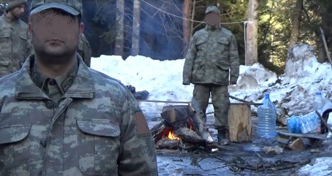 Cerattepe'de nöbet tutan askerler donmamak için kütük yakmaya başladı