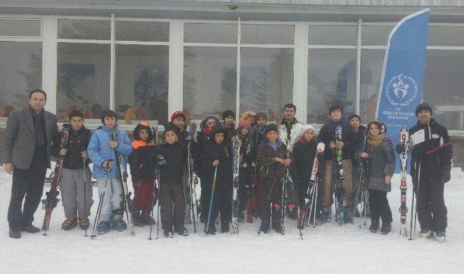 Dağ İlçelerindeki Çocuklar Kayak Keyfi Yaptı