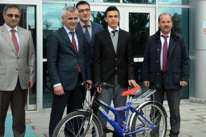 Kelkit'te TEOG'da Başarılı 13 Öğrenciye Bisiklet Hediye Edildi