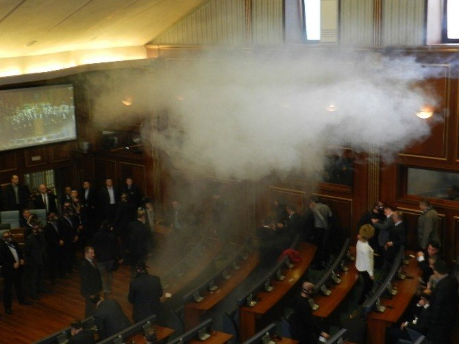İki Ay Sonra Toplanan Kosova Meclisi Yine Karıştı