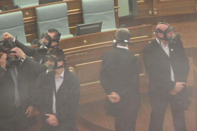 Kosova Meclisi'ne yine biber gazı atıldı