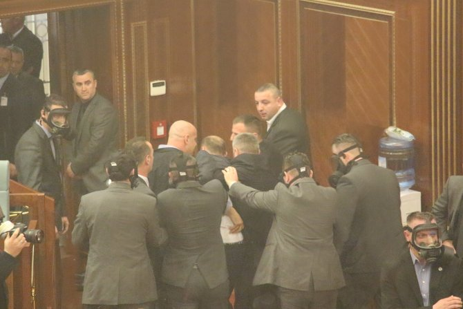 Muhalif vekiller meclisten yaka paça atıldı