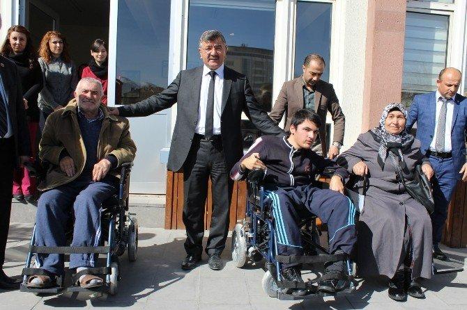 Niğde Belediyesinden Engelli 3 Vatandaşa Tekerlekli Sandalye