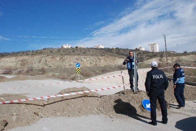 Arsası Üzerindeki Yolu Trafiğe Kapattı