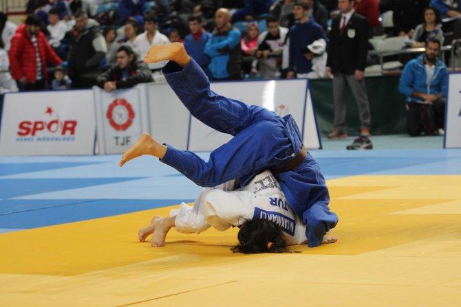 Genç judocular Sakarya'da mindere çıktı
