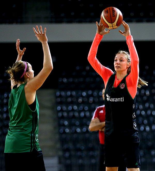 Kadınlar basketbolcular Romanya'da ilk antrenmanını yaptı