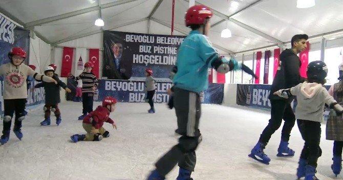 Beyoğlu'nda Buz Pateni Keyfi Devam Ediyor