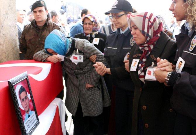 Şehit annesi oğlunu el açıp dua ederek uğurladı