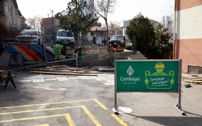 Çankaya Belediyesi okullara engelli rampası yapıyor