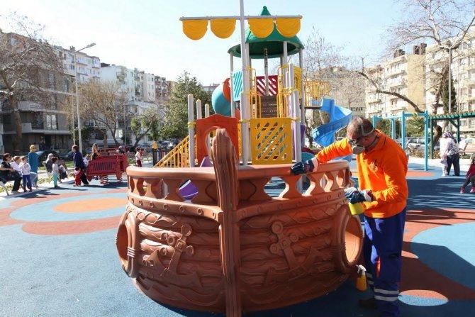 Konak Belediyesi parklardaki çocuk oyun gruplarını dezenfekte ediyor