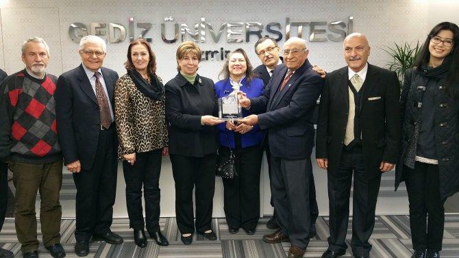 Türkçenin korunmasına katkısından dolayı Işılay Saygın'a plaket verildi