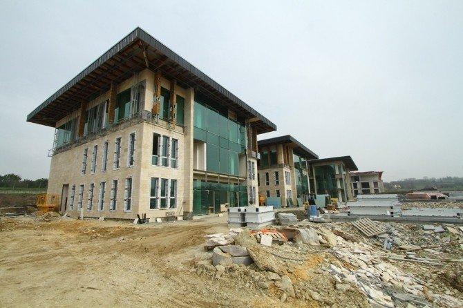 Başiskele Yeni Belediye Binasının Meydan Çalışmaları Sürüyor