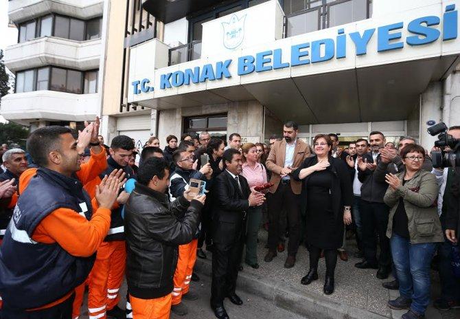 Konak'ta taşeron işçiler, zammı başkan Pekdaş'la birlikte kutladı