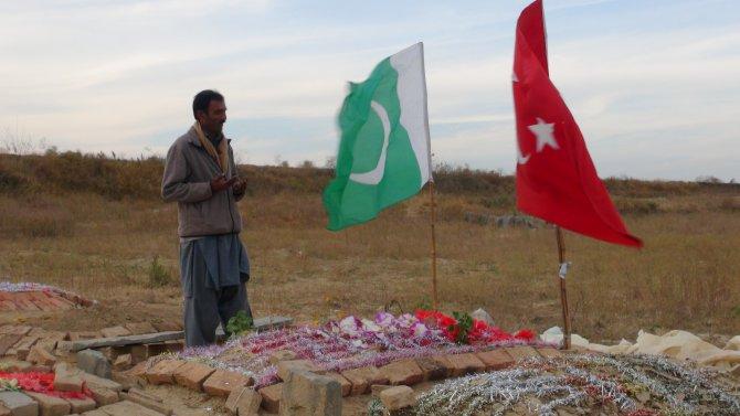 """""""Ben Türkiye'nin de kızıyım"""" diyen Pakistanlı öğrencinin kabrine Türk bayrağı"""