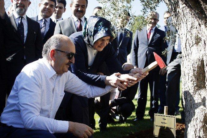 Bakan Müezzinoğlu'ndan Eşine 415 Yıllık Evlilik Yıl Dönümü Hediyesi