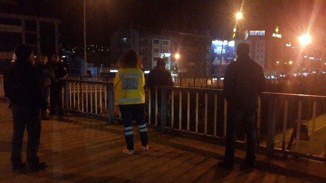Sağlık Görevlisi Dikkatini Dağıttı, Polis Köprüden İndirdi