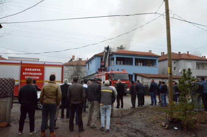 Akyazı'da bir evin çatısı yandı