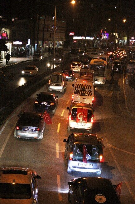 Terörü Lanetlemek İçin Araçlarıyla Caddelere Döküldüler
