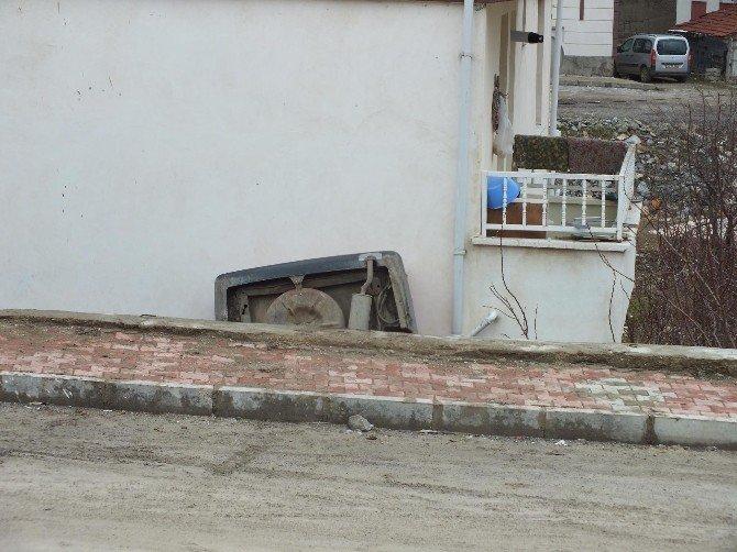 Fren Yerine Gaza Basınca 4 Metrelik İstinat Duvarından Aşağı Düştü