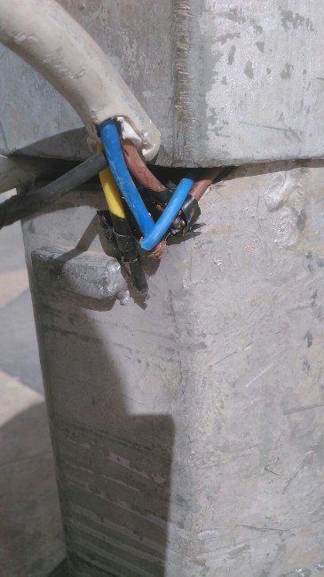 Açık Elektrik Kablosu Tehlike Saçıyor