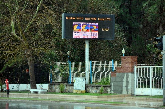 Sıcaklığın 10 dereceye düştüğü Antalya yağmura teslim oldu