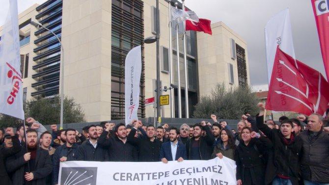 CHP'li gençler Cengiz Holding'in kapısına siyah çelenk bıraktı