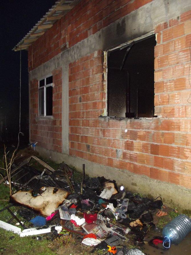 Terme'de evde çıkan yangında engelli vatandaş son anda kurtarıldı