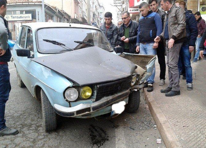 Freni Boşalan Otomobil Berber Dükkanına Çarptı