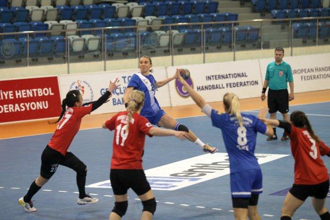 Yenimahalle bayan hentbolcuları Bursa'da sevindi