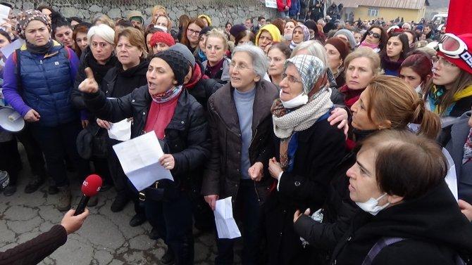 Cerattepe'de güle oynaya yürüyen kadınlara gaz bombalı müdahale