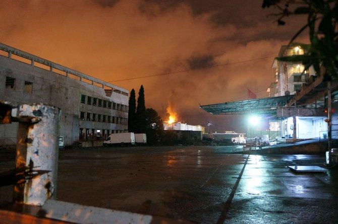 Otomobil alev alev yandı, uyuyan sürücü son anda kurtuldu