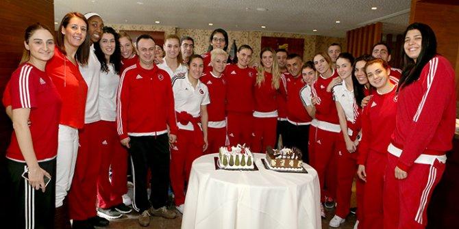 Kaptan ve yardımcı antrenöre doğum günü partisi