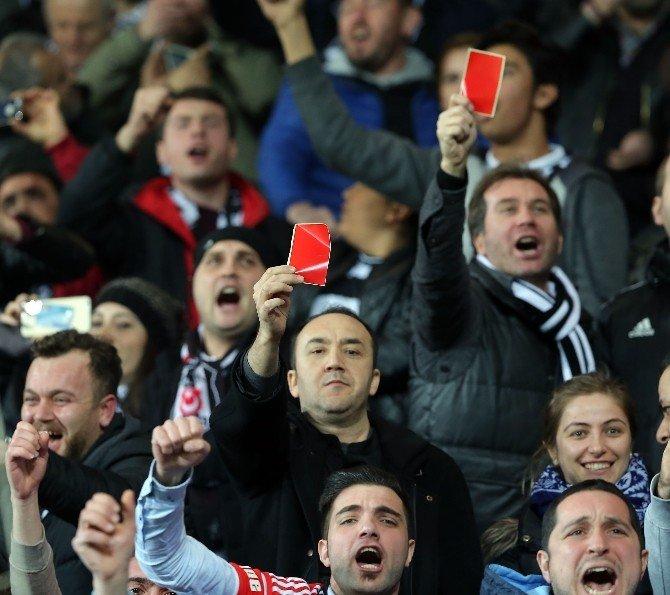 Beşiktaşlı Taraftarlardan Kırmızı Kartlı Tepki