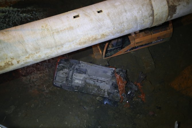 Kontrolden çıkan otomobil inşaat temeline uçtu