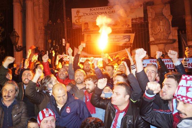 Trabzonsporlulardan Galatasaray Lisesi önünde protesto