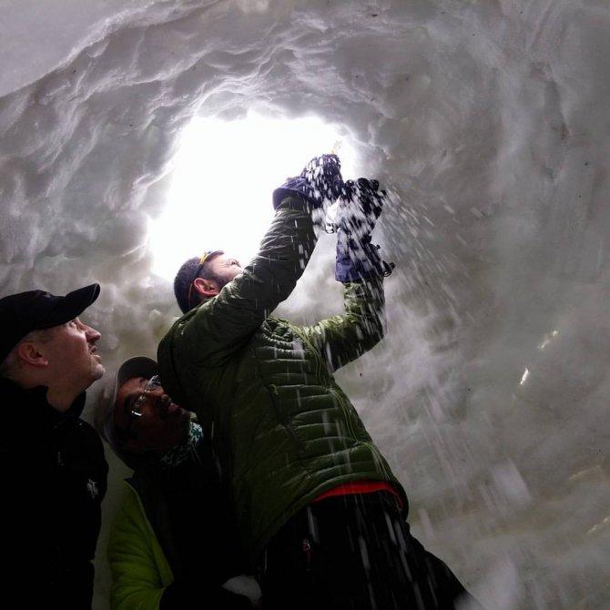 Dağcılardan Uludağ'da kardan ev