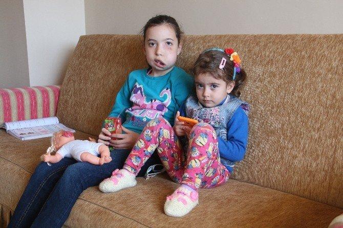 Küçük Esra, Okula Gidip, Arkadaşlarıyla Oynamak İstiyor