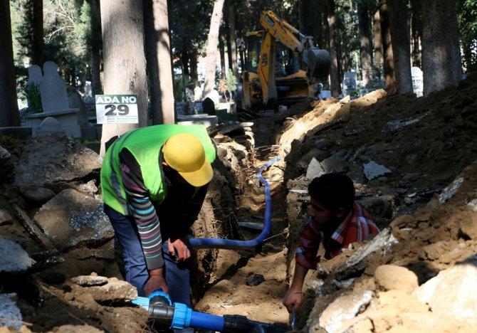 Mezarlıklarda şebeke yenileme çalışmaları sürüyor