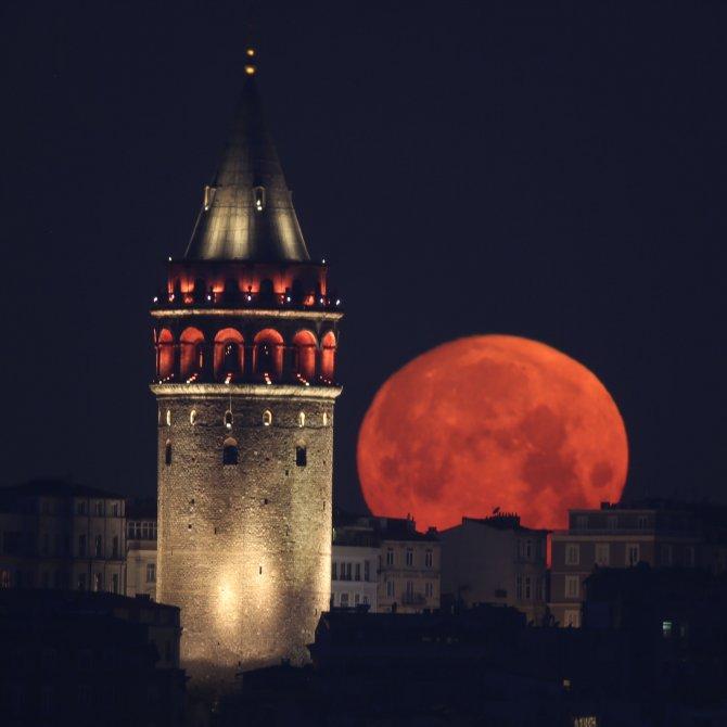 Ay ve Galata'nın muhteşem buluşması