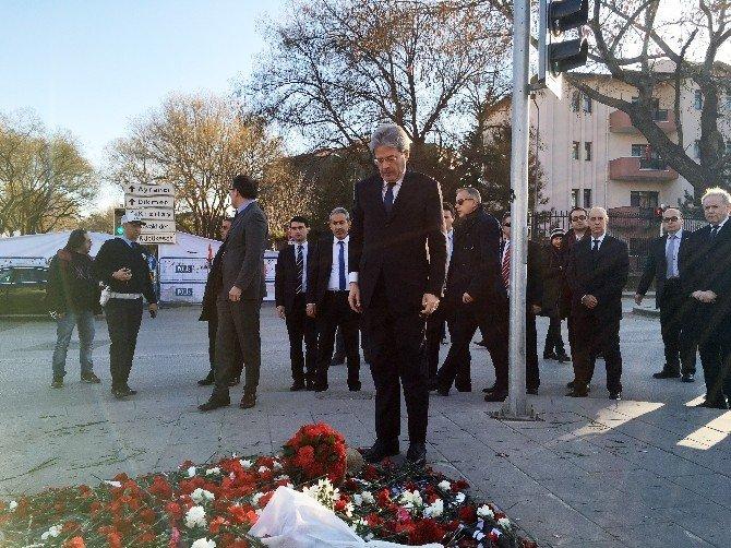 İtalya Dışişleri Bakanı Gentiloni, Terör Saldırısında Hayatını Kaybedenlerin Anısına Karanfil Bıraktı